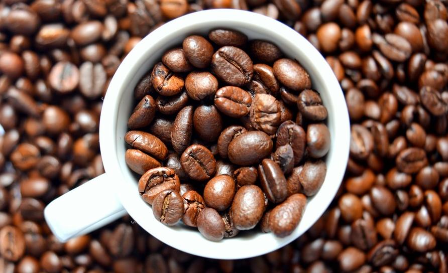 Zur Herstellung eines tollen KAffees lassen sich Bohnen mahlen